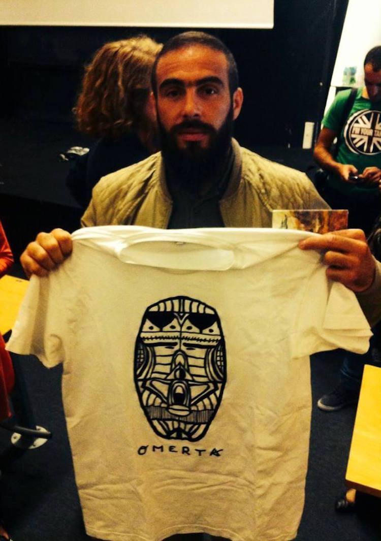 Médine avec un tee-shirt Omerta