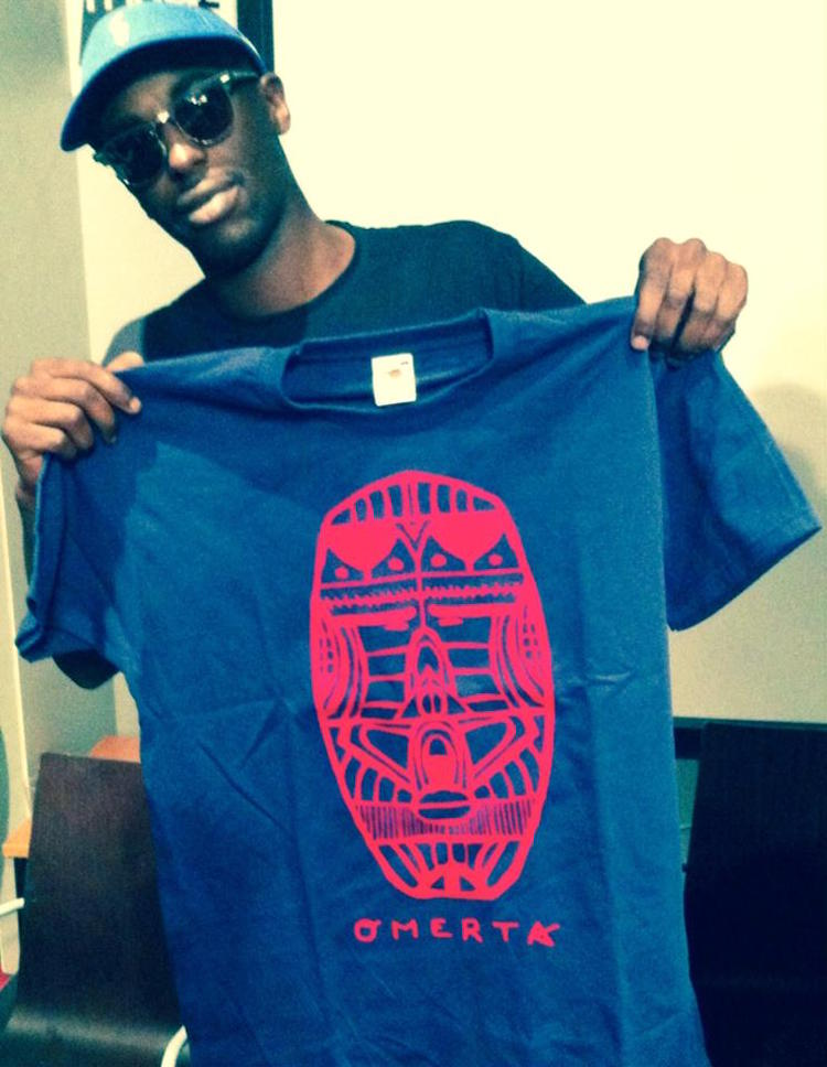 Le rappeur Alpha Wann du collectif L'entourage avec un tee-shirt Omerta