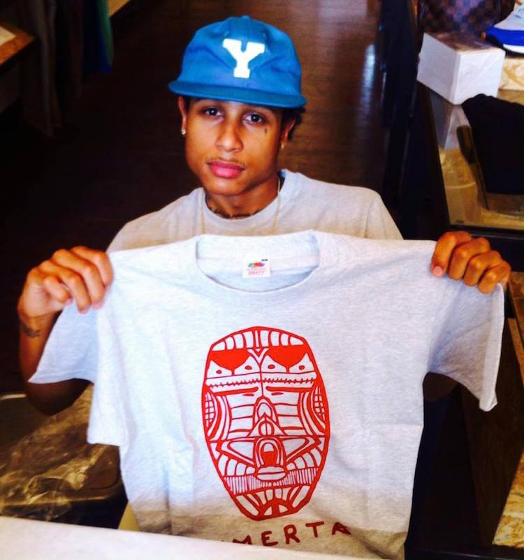 Le rappeur Joke avec un tee-shirt Omerta